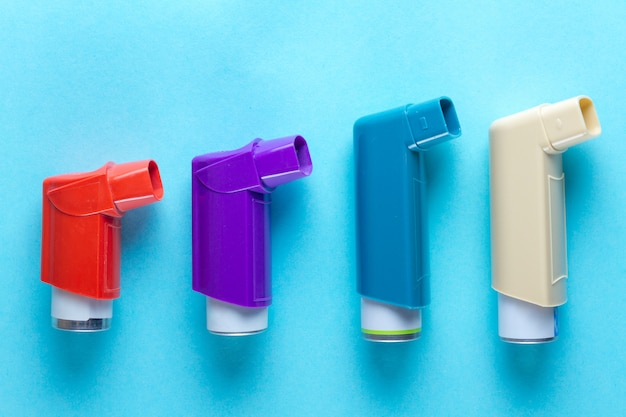 Astma-inhalatoren op blauw