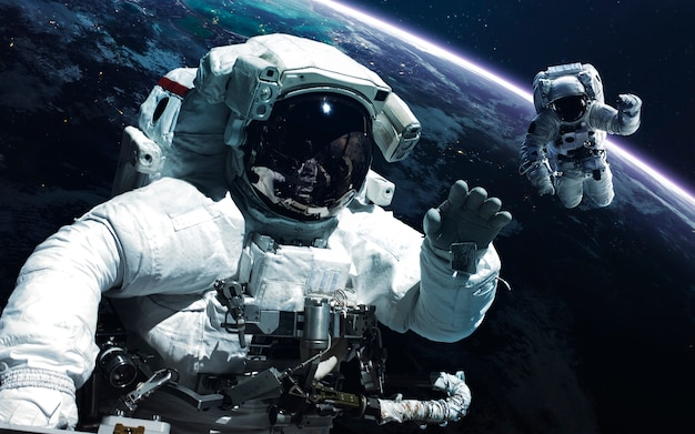Astronaut. abstract ruimtebehang. universum gevuld met sterren, nevels, sterrenstelsels en planeten.