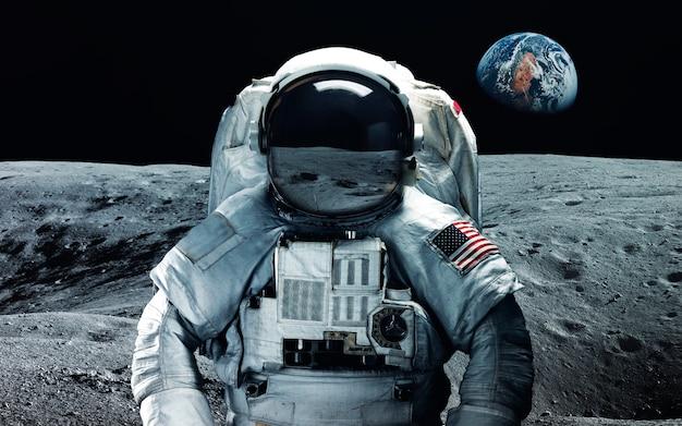 Astronaut bij de maan. abstract ruimtebehang. universum gevuld met sterren, nevels, sterrenstelsels en planeten.