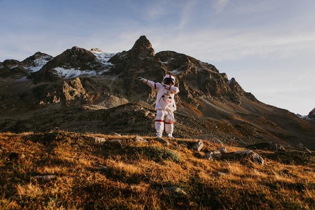 Astronaut die een nieuwe planeet verkent. op zoek naar een nieuw thuis voor de mensheid. begrip over wetenschap en natuur