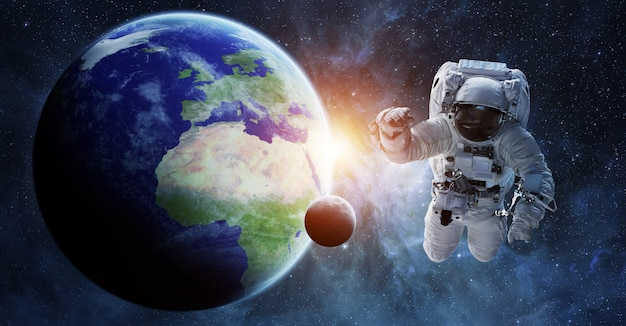 Astronaut die in ruimte 3d teruggevende elementen drijft