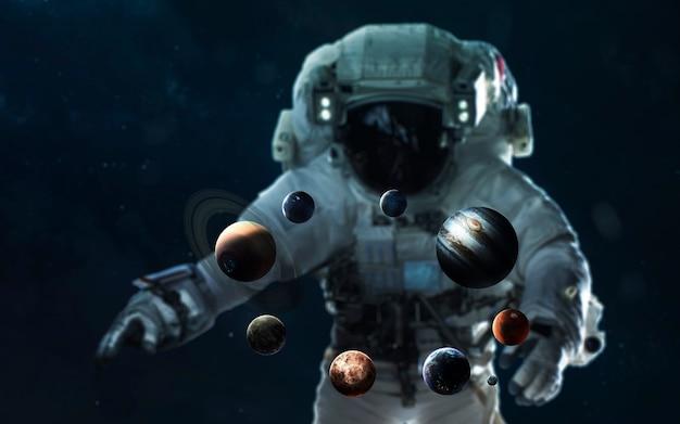 Astronaut en het zonnestelsel. symbool van verkenning van de ruimte. elementen van deze afbeelding geleverd door nasa