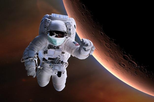 Astronaut met gezichtsmasker beschermt in de ruimte.