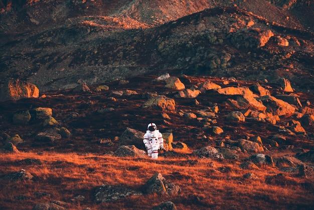 Astronaut onderzoekt een nieuwe planeet. op zoek naar een nieuw thuis voor de mensheid. concept over wetenschap en natuur
