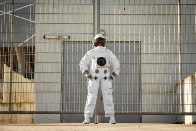 Astronaut op futuristische stadsachtergrond, glimp van toekomst. fantastisch kosmisch kostuum.