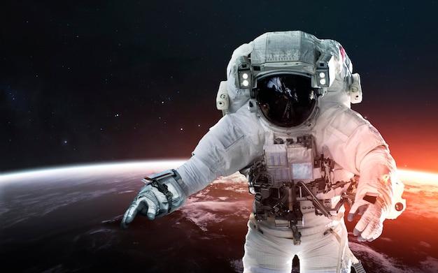 Astronaut op ruimtewandeling, baan om de aarde. elementen van deze afbeelding geleverd door nasa