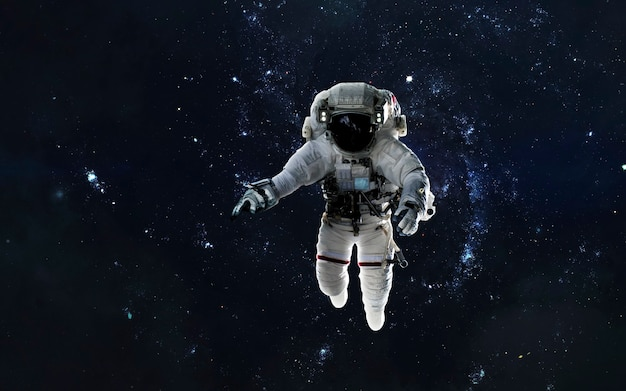 Astronaut op ruimtewandeling, eva, melkweg in de diepe ruimte. elementen van deze afbeelding geleverd door nasa