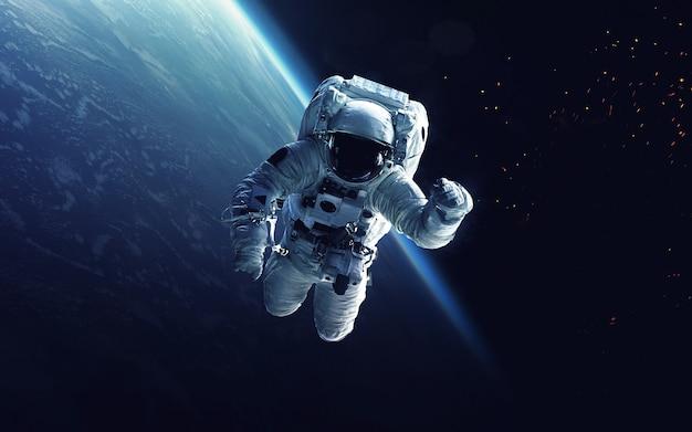 Astronaut op ruimtewandeling