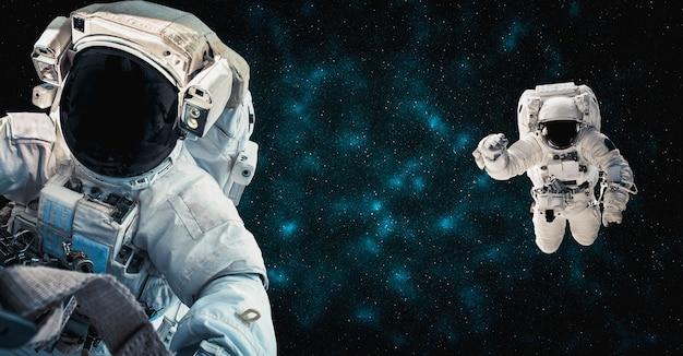 Astronaut-ruimtevaarder doet ruimtewandeling terwijl hij voor het ruimtestation werkt