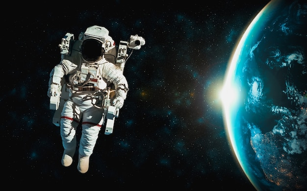 Astronaut-ruimtevaarder maakt ruimtewandeling terwijl hij voor het ruimtestation werkt