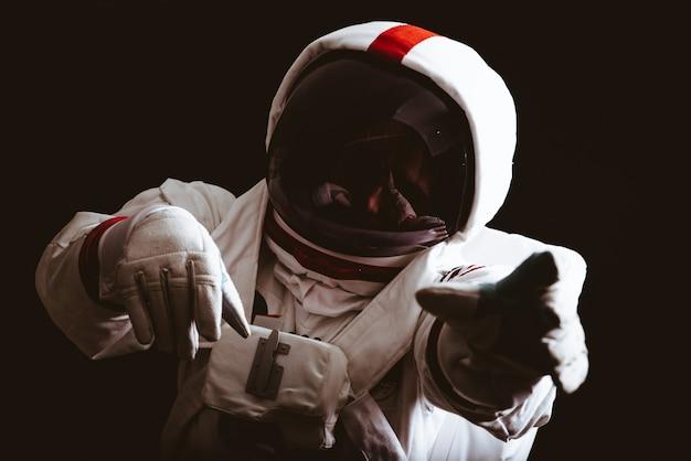 Astronaut verlaat de aarde. op zoek naar een nieuw thuis voor de mensheid. begrip over wetenschap en natuur. verloren in de diepe ruimte