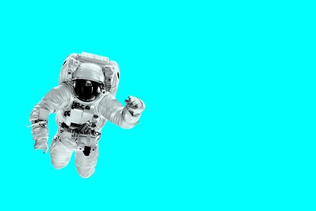 Astronaut vliegt over blauwe kleurentrend. elementen van deze afbeelding geleverd door nasa