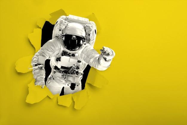 Astronaut vliegt over de aarde in de ruimte.