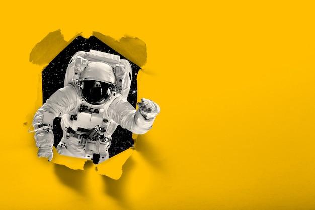 Astronaut vliegt over de aarde in de ruimte