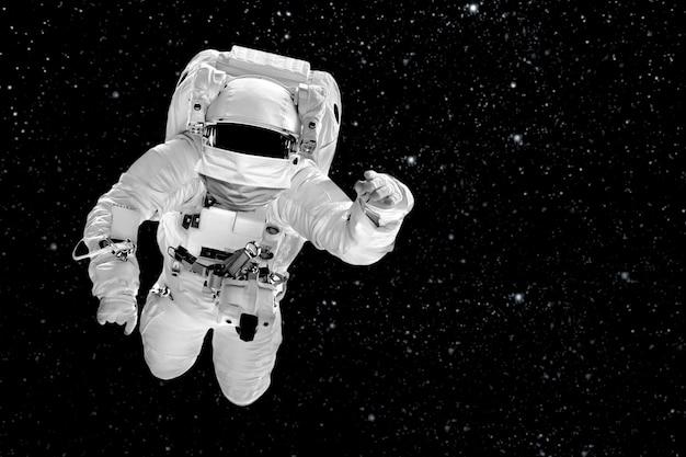Astronaut vliegt over de in de ruimte gemaskeerd met de afbeelding van de italiaanse vlag
