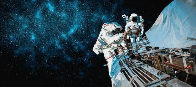 Astronaut werkt voor ruimtestation