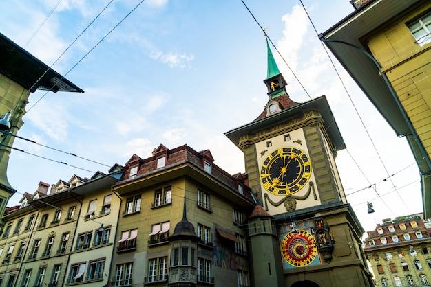 Astronomische klok op de middeleeuwse zytglogge-klokketoren in kramgasse-straat in oud stadscentrum van b