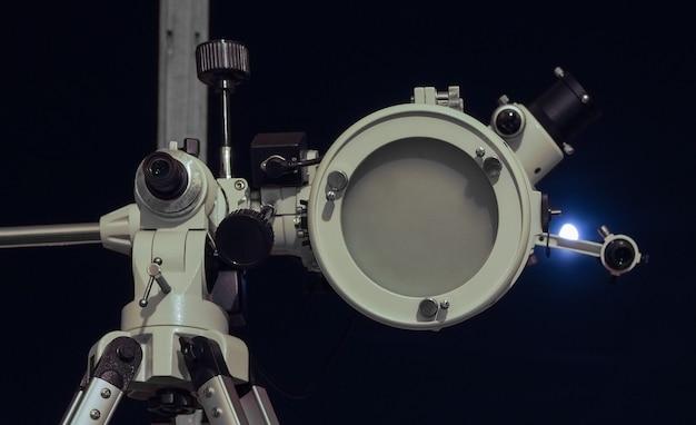 Astronomische telescoop die naar de lucht kijkt