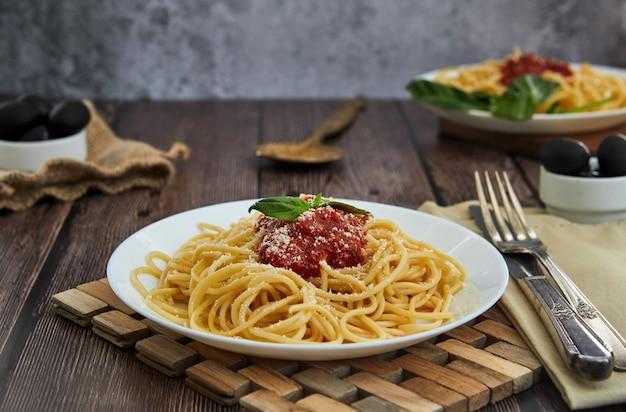 Asty kleurrijke smakelijke gekookte spaghetti italiaanse deegwaren met bolognese tomatensaus