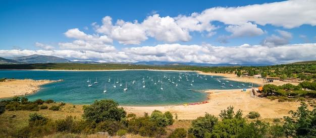 Atazar-reservoir met pleziervaartuigen om te navigeren