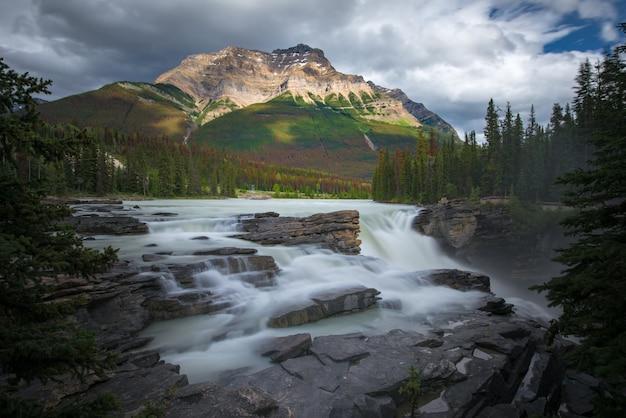 Athabasca vallen met bewolkte dag in de lente, alberta, canada