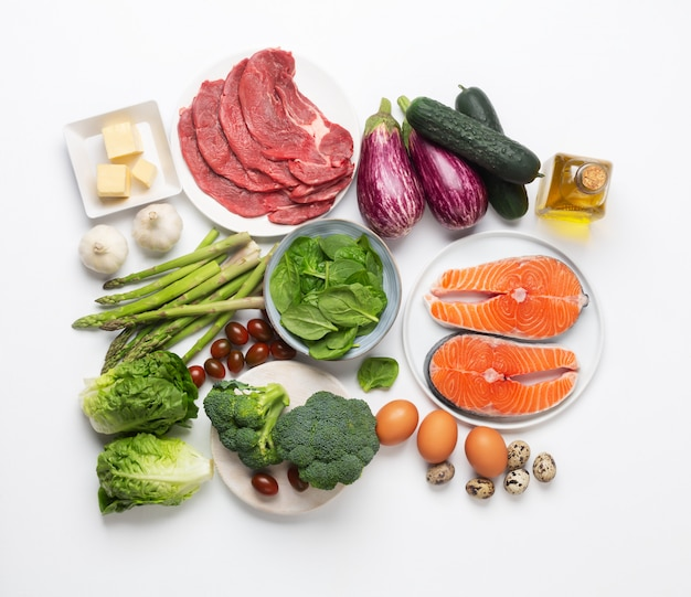 Atkins dieet voedselingrediënten geïsoleerd op wit, gezondheidsconcept, bovenaanzicht, plat lag