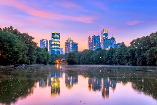 Atlanta, georgia skyline vanaf piedmont park's lake meer.