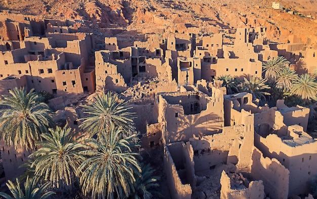 Atlasgebergte met stad in marokko