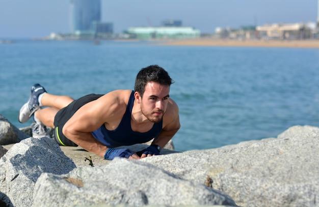 Atleet beoefenen oefeningen van gymnastiek