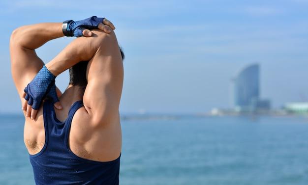 Atleet beoefenen spier zich buitenshuis uitstrekt