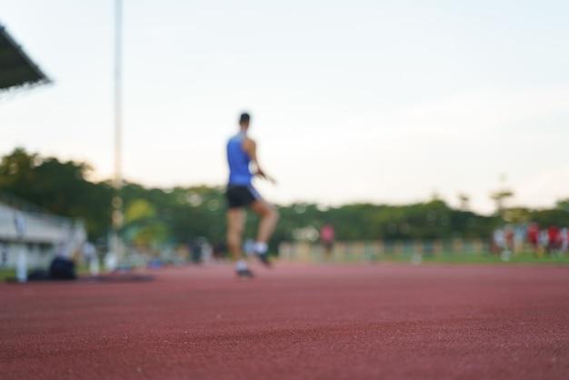 Atleet die langs een horizontaal spoor loopt