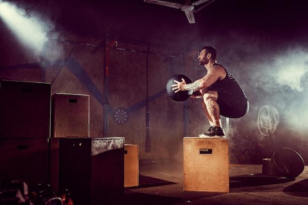 Atleet gaf oefening. springen op de doos. fase-landing.