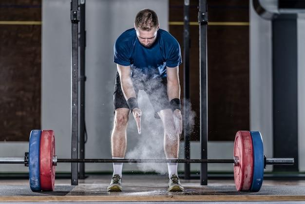 Atleet in gewichtheffen