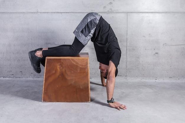 Atleet met benen op houtsnede die oefening doet