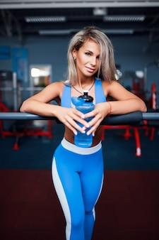 Atleet met een fles water in de sportschool