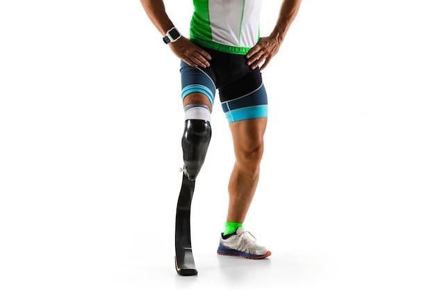 Atleet met een handicap of geamputeerde geïsoleerd op witte studio achtergrond. professionele mannelijke atleet met beenprothese training en oefenen in de studio. gehandicapte sport en gezonde levensstijl concept.