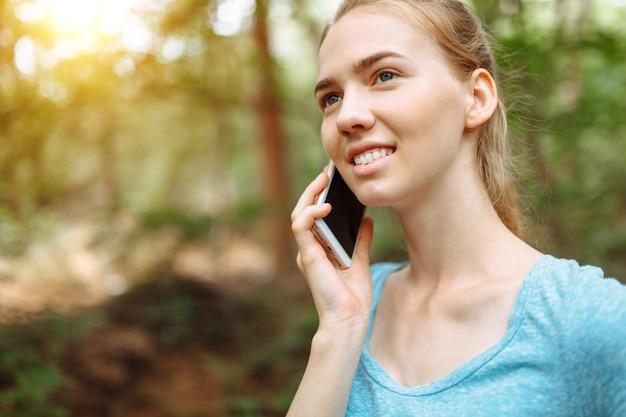 Atleet met een telefoon in haar handen