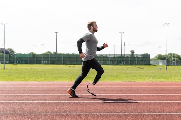 Atleet met prothese die voluit draait