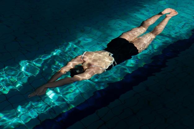 Atleet met uitrusting die volledig schot zwemt