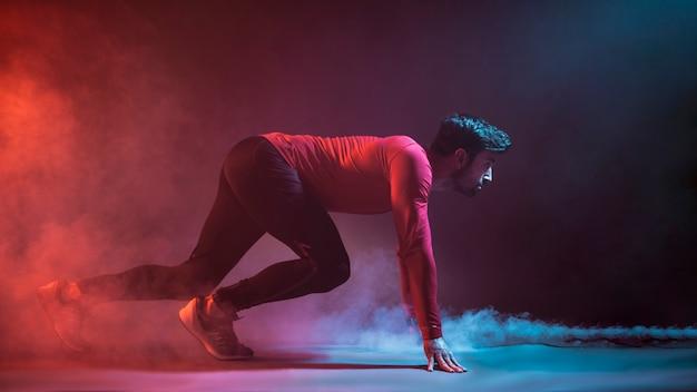 Atleet op crouchbegin in studio