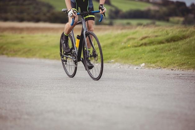 Atleet op zijn fiets
