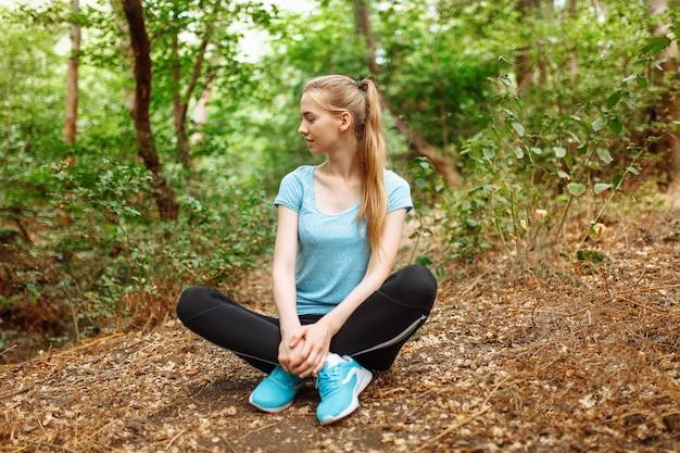 Atleet rusten in het bos
