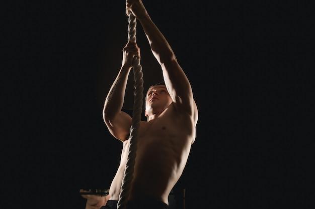 Atleet touw klimmen doen bij sportschool
