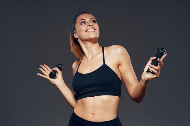 Atleet van het vrouwen de mooie lichaam, opgeblazen lichaam, studio