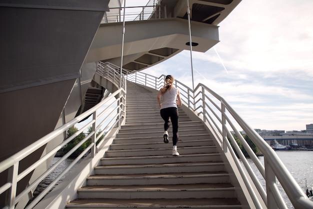 Atleet voert krachttraining uit op trappen