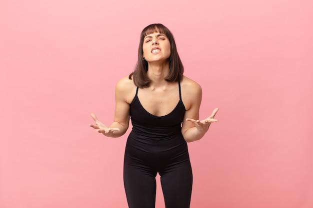 Atleet vrouw die boos, geïrriteerd en gefrustreerd kijkt, schreeuwend wtf of wat is er mis met jou?