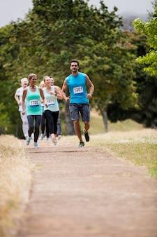 Atleten die race in park in werking stellen