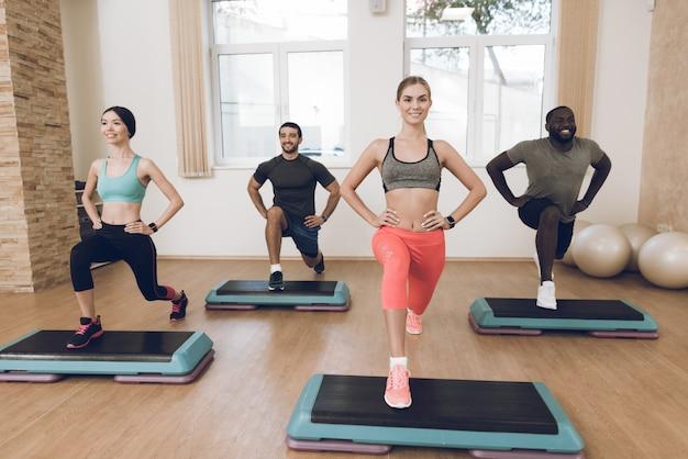 Atleten houden zich bezig met fitness in de moderne fitnessruimte.