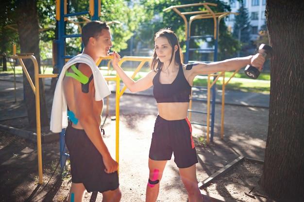 Atleten koppelen met kinesiologie elastische taping op lichamen
