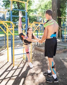 Atleten koppelen met kleurrijke kinesiologie elastische taping op lichamen